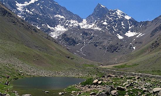 Monumento Natural El Morado. En la fotografía se observa la laguna Morales, el horn del glaciar San Francisco y un circo glaciar, entre otros elementos.