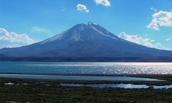Volcán Maipo y laguna Diamante. Fotografía gentileza de la Dra. Patricia Sruoga.