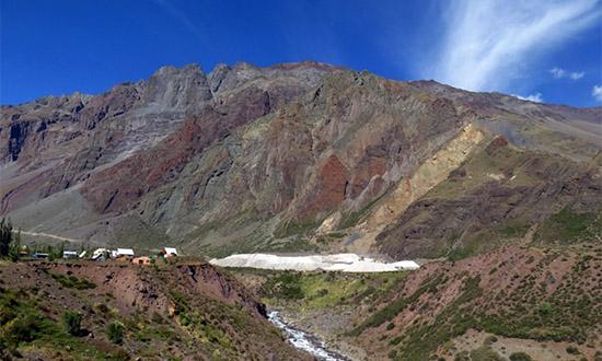 Estratos subverticales de diferentes colores en el sector de Lo Valdés. El depósito blanco es mineral de la mina la Yesera, algunos km aguas arriba.